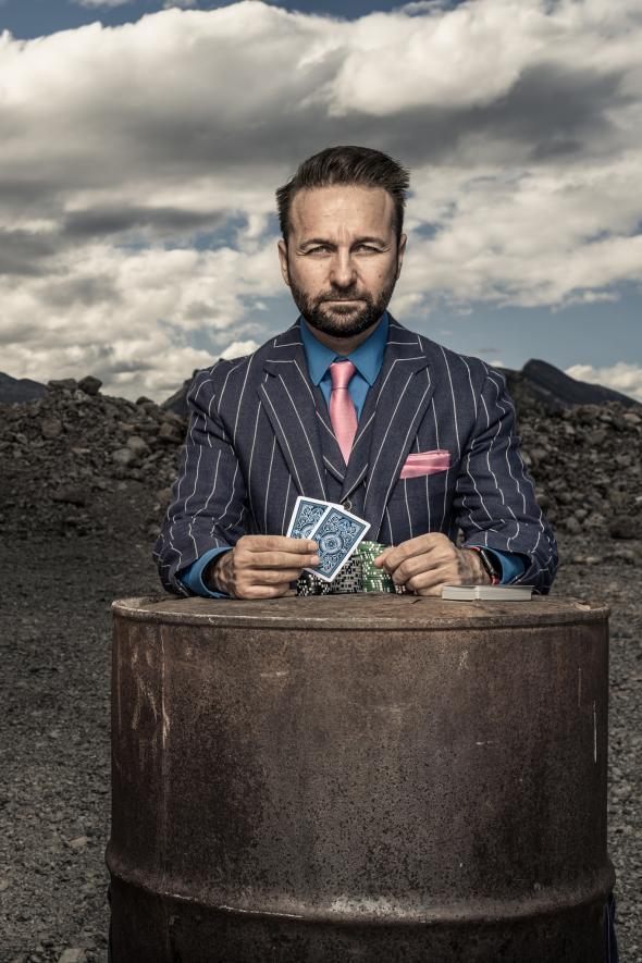 """Умелият играч – лъжа за стратегическо предимство. Събирайки повече от 32 милиона долара от турнирни награди, Daniel Negreanu е спечелил повече пари от когото и да било в историята на покера. Канадската суперзвезда, преместила се в Лас Вегас преди 20 години, е обиколил света като посредник на играта и се е появявал в безброй телевизионни предавания. """"Ако искаш да спечелиш на покер"""", казва той, """"измамата е абсолютно задължителна"""". Проблемът идва, според него, когато играчите прекарват толкова много време в опити да заблудят останалите, че това """"се просмуква в личния им живот"""". Credit: Dan Winters"""