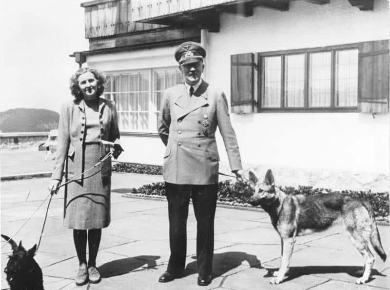 Хитлер и Ева Браун, 1942. Bundesarchiv, B 145 Bild-F051673-0059 / CC-BY-SA