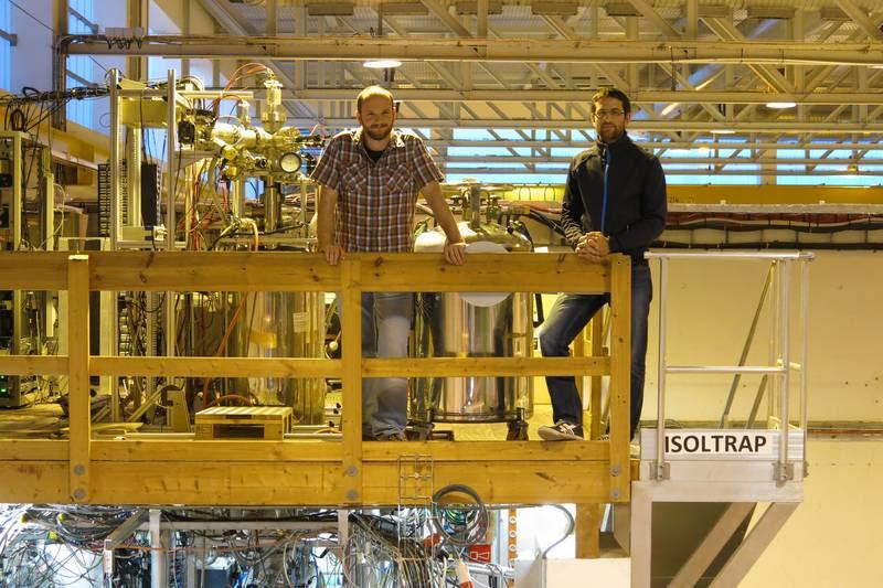 Динко Атанасов (вдясно) и Frank Wienholtz (вляво) на върха на масспектрометъра ISOLTRAP, намиращ се в лабораторията ISOLDE в ЦЕРН. Снимка: Maxime Mougeot