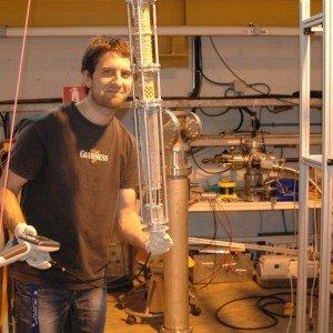 Динко Атанасов държи една от Пеннинг ямите (устройство, в което могат да се захванат или натрупат заредени частици) на ISOLTRAP(CERN). Снимка: Vladimir Manea