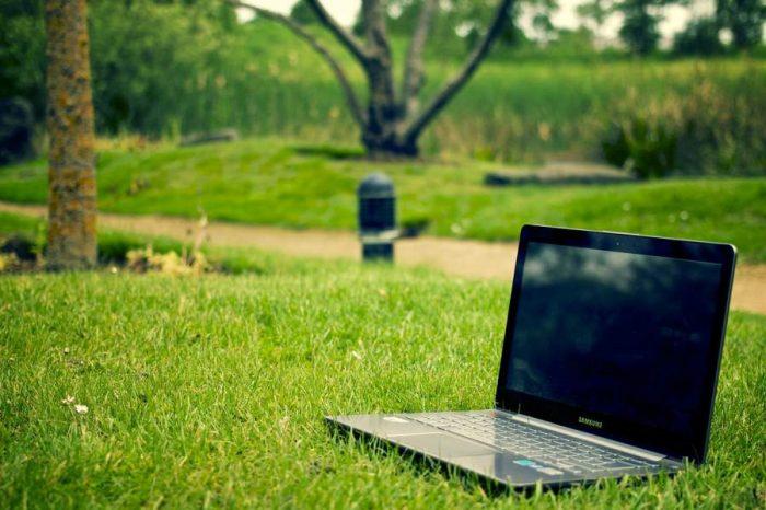 Как правилно да зареждате лаптопа и телефона си