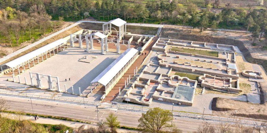 """Проект, финансиран за изпълнение по ОПРР 2007-2013г. на ЕС, операция 3.1 """"Подкрепа и Развитие на Природни, Културни и Исторически атракции"""" и с финансовото участие на Възложителя – община Свищов, бе реализиран през 2013 г. Проектът се развива върху разкрития и проучен югозападен участък на античния Нове с площ около 23 дка, източно от строителните граници на гр. Свищов. Това е централната част на римския лагер. На хронологичен и тематичен принцип експозиционният терен е разделен на три зони – Епископски комплекс, Принципия (щаб на легиона), Източна порта и на осем археологически подобекта: Епископска резиденция, Малка базилика, Баптистерий, Голяма базилика, Манастирски комплекс с приют за поклонници, Антични улици, Принципия и Източна порта. Изградена е и обслужваща сграда с паркинг. Проведени са благоустроителни мероприятия и върху съседни терени. Нове притежава някои отличителни характеристики, съобразени при формиране на концепцията за експонирането му. Това е най-големият разкрит по българските земи римски военен лагер – развил се в ранносредновековен град, със значителен обем автентични структури от І-ІV в.сл.Хр. и ненадстрояван – изоставен след VІІ в.сл.Хр. Нове съдържа изявени образци на римското строително изкуство и сградна типология от периода на разцвет на империята, които са разкрити, разчетени и документирани в оригиналния им вид въпреки частични промени и надстроявания в Античността. Това е единственият античен обект, проучван непрекъснато над 50 години и с продължаващи проучвания, и без цялостно реализирани реставрационно-експозиционни работи до 2013г. Тези обстоятелства дадоха насоки за обобщаване и актуализиране на огромния обем емпирични данни; за актуална преценка за необходимата защита и възможните интервенции в обекта; за използване на съвременни подходи, методи и технологии при експонирането му. От друга страна – налице са значителни загуби на оригинална субстанция през последните десетилетия – в резултат на нарушения на историческите пластове """