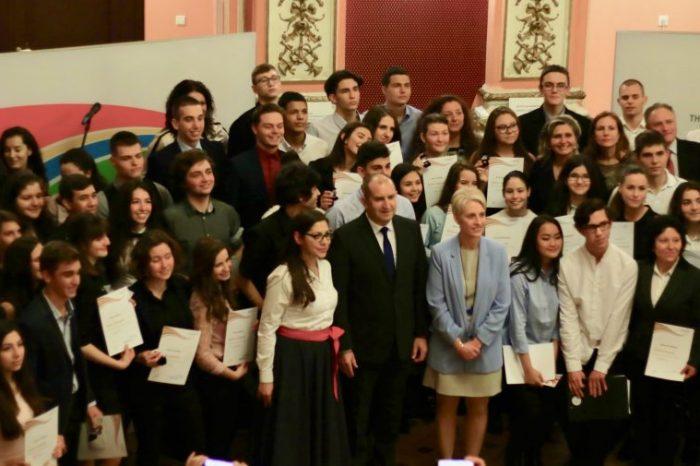 120 младежи бяха отличени за постиженията си в Международната награда на херцога на Единбург - България