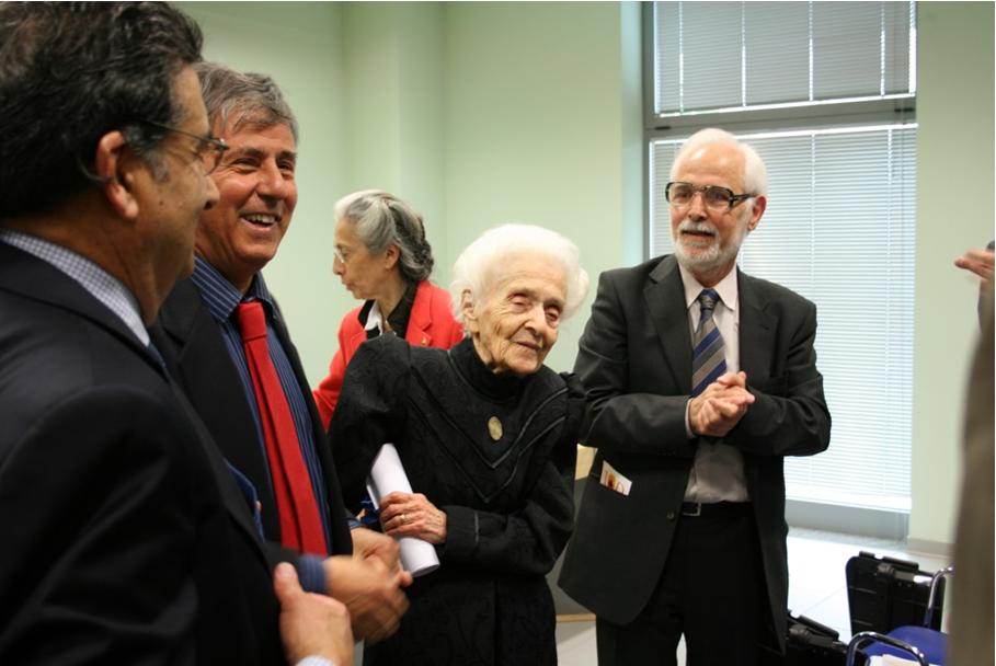 Тази фотография е направена на 21 април 2009 г. в Рим по време на международен симпозиум, посветен на 100-ния рожден ден на Рита Леви-Монталчини. Отляво надясно: Луиджи Алое, Рита Леви-Монталчини, Георги Чалдъков.