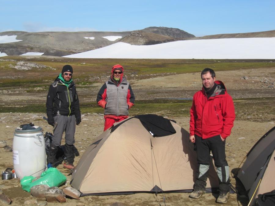 От ляво на дясно: д-р Стефан Велев, д-р Камен Бонев и д-р Дочо Дочев. Снимката е направена на п-в Байърс по време на 24-та експедиция, на която за първи път екипът е посетил полуострова.