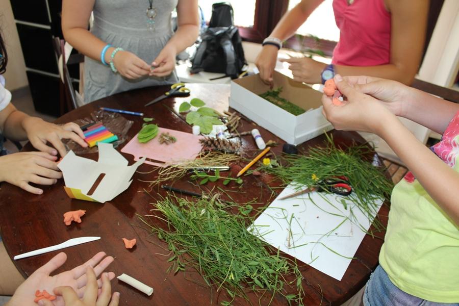 Зоопаркови дизайнери в действие – изграждане на макети на зоопаркови заграждения със средово обогатяване от природни материали.