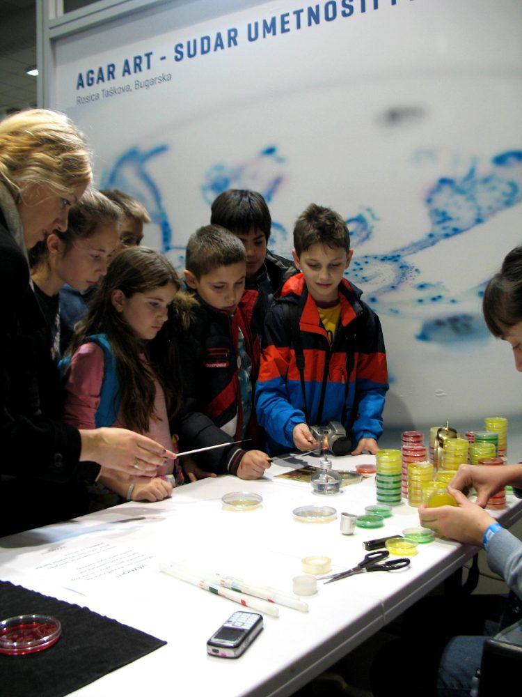 Повече от 600 деца рисуваха. за съжаление, снимката на банера зад тях не е моя. Credit: Росица Ташкова