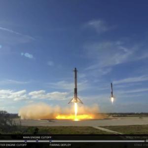 Кадър от днешното приземяване на страничните ускорители. Photo credit : SpaceX