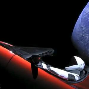 Кадър, заснет от камерите на Тесла Роудстър. Photo credit : SpaceX