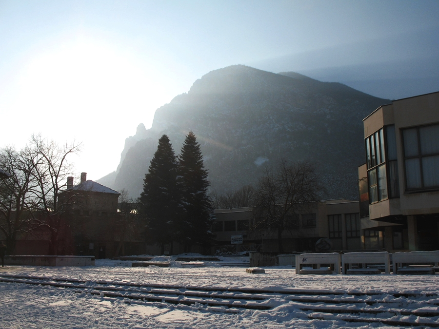 Музеят, Куртпашовата кула и планината. Снимка: Росица Ташкова