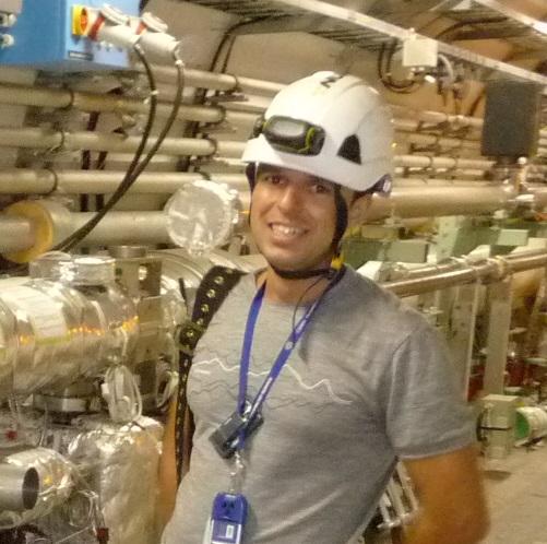 Инж. Атанасов в тунела на LHC по време на инсталиране на защитен абсорбер ТCDQ