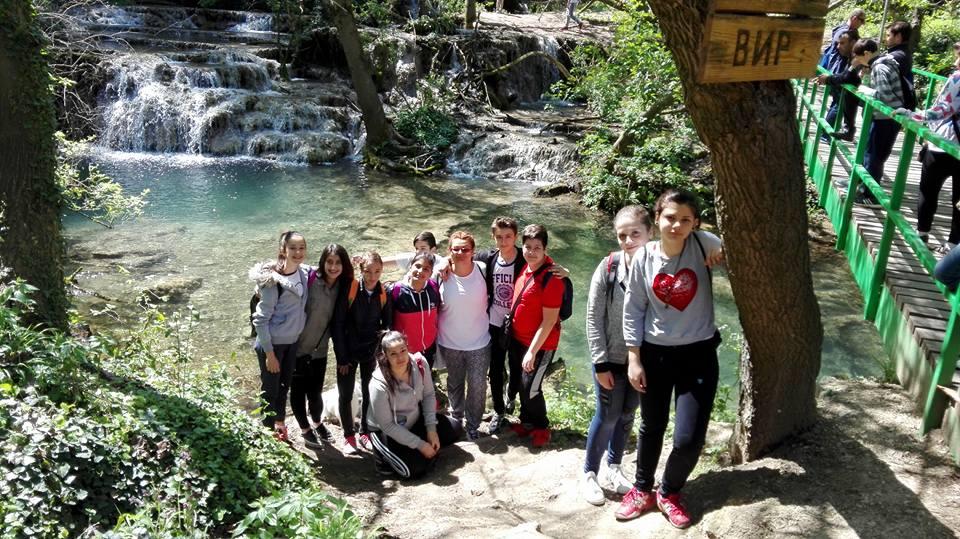 """Група """"Екология""""  на едно от посещенията си сред природата - Крушунски водопади. Наблюдение на природата и  различни среди на живот."""