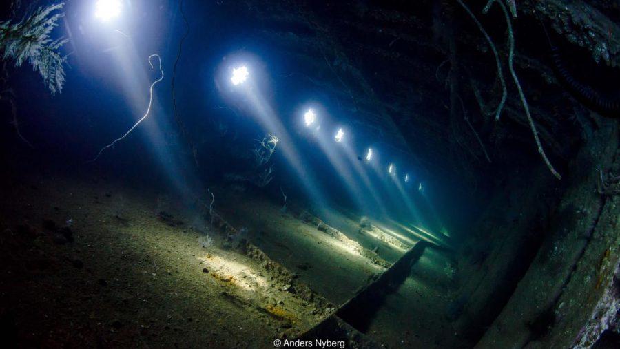 """Останките от кораба Giannis D, близо до Египет. """"Един от най-примамливите фонове за снимка във вътрешността на кораб са светлинните лъчи, влизащи през страничните отвори."""" Credit: Anders Nyberg"""