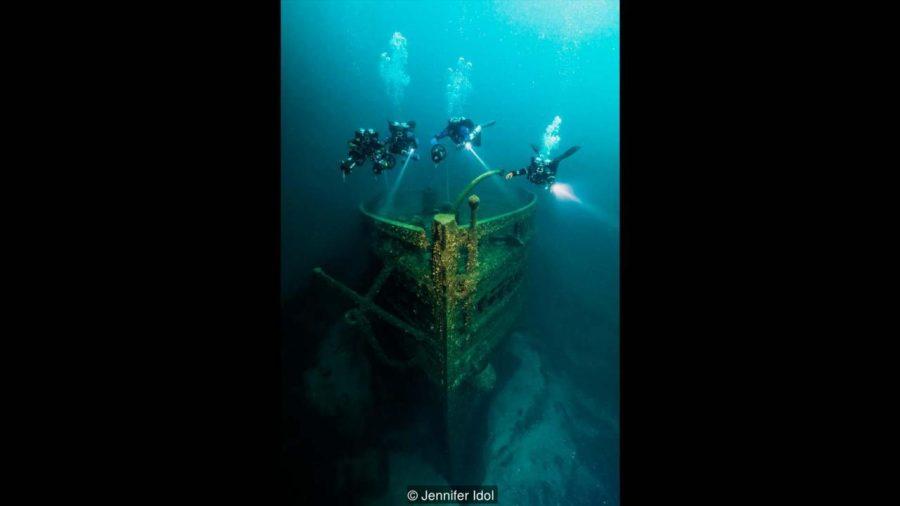 Eber Ward, който лежи на пролива Макинак, САЩ, бил товарен кораб с дървен корпус, ударил се в лед през 1909 година. Credit: Jennifer Idol