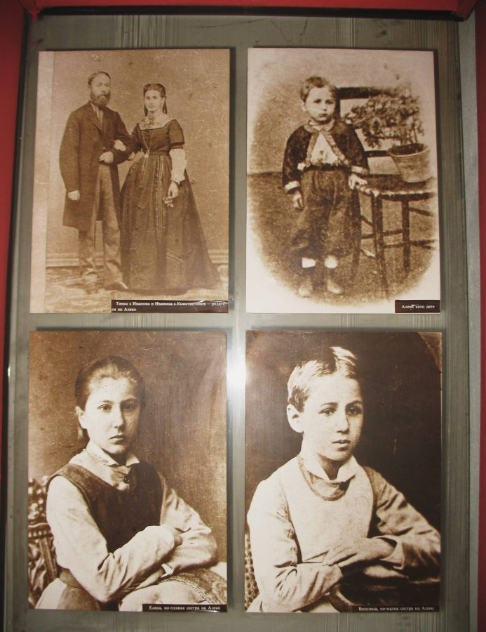 Алеко с родителите си и две от трите му сестри. Снимка: Росица Ташкова