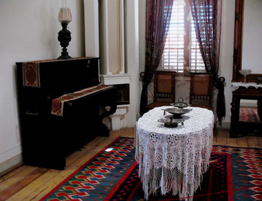 Гостната стая с пианото, на което Алеко и сестрите му са се учили да свирят. Снимка: Росица Ташкова