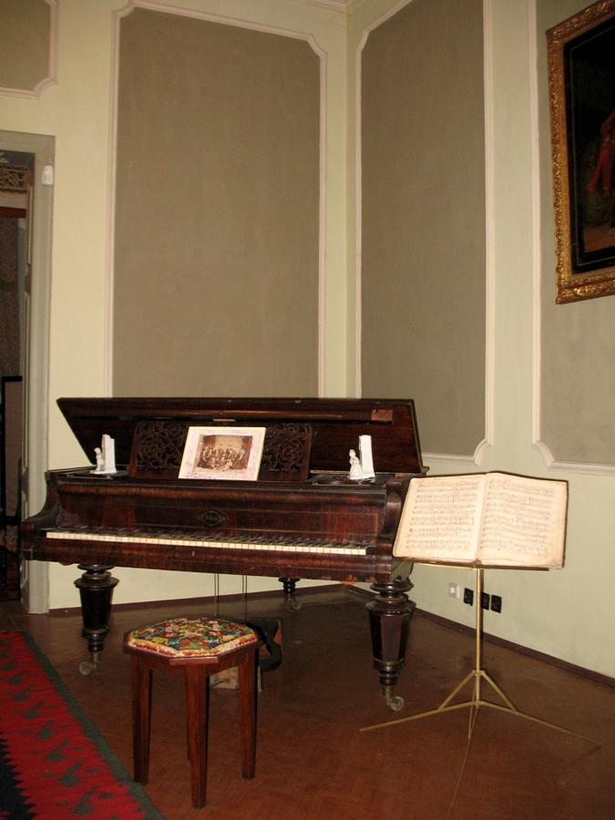 Пианото в гостната. Снимка: Ива Кръстанова