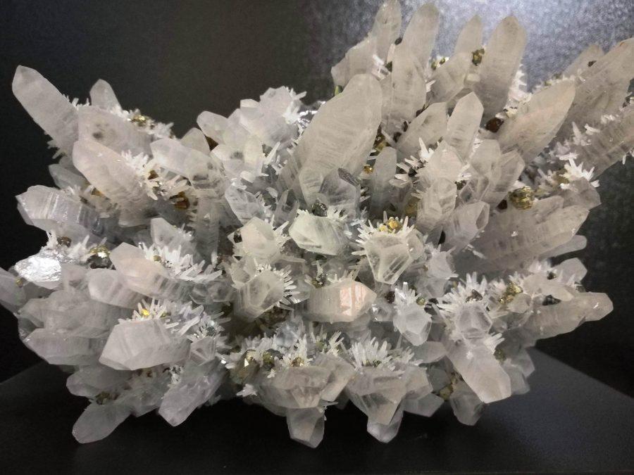 Кварц с халкопиритови кристали. Снимка: Илко Качаров