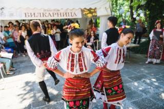 Студенти от танцовия ансамбъл на Медицински университет-Варна