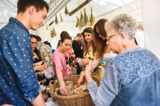 Посетители си правят билкови торбички