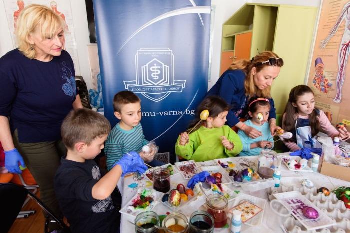 Боядисване на великденски яйца в детския кът на Музея по история на медицината