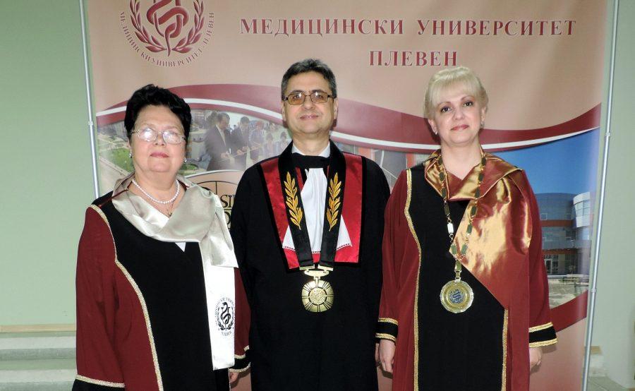 От ляво на дясно – проф. д-р Цеца Дойчинова, проф. д-р Славчо Томов, Ректор на МУ-Плевен и проф. д-р Силвия Явкуловска