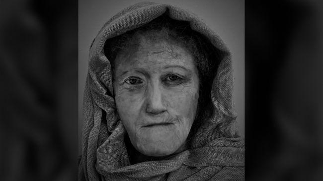 Беззъбото сбръчкано лице на жена друид оживява във восъчна отливка