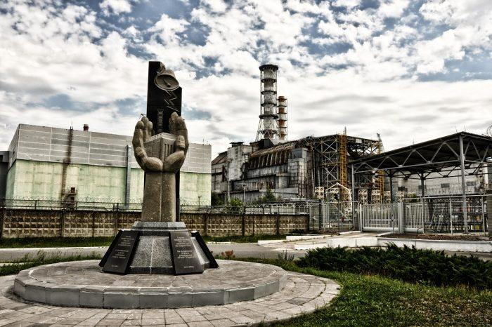 Разпадащият се саркофаг на Чернобил, построен, за да задържа смъртоносната радиация, ще бъде съборен