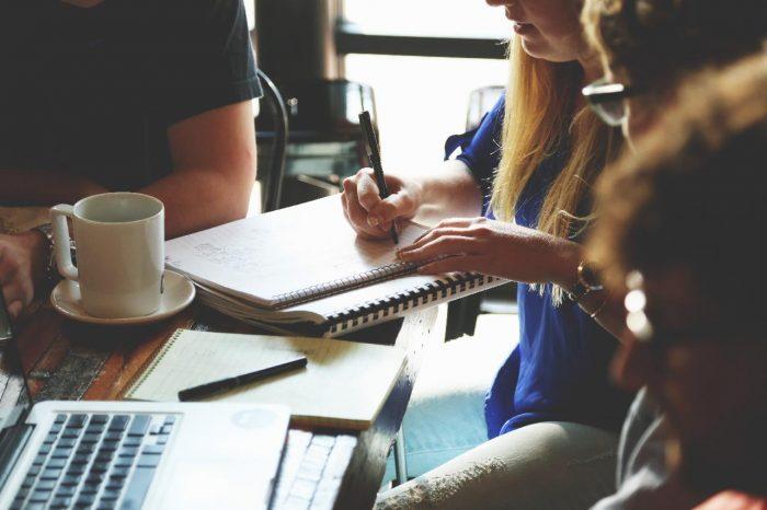 Как колегите оказват влияние върху оценката на вашите умения