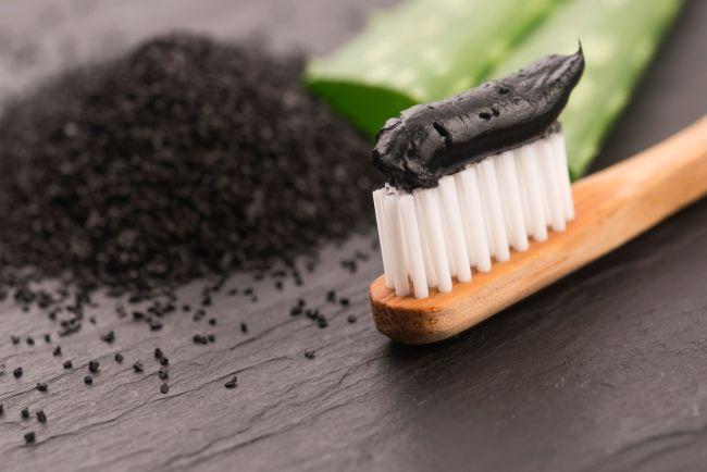 Дали пастите с въглен наистина избелват зъбите?