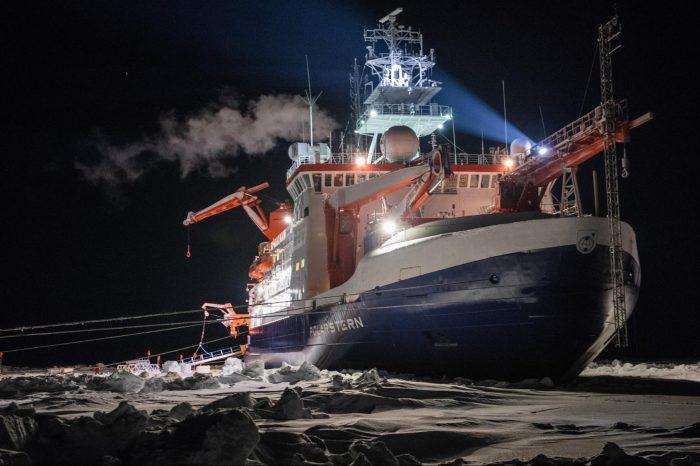 Изследователски кораб прекара цяла зима заседнал в арктическия лед, за да може екипажът му да събере ключови климатични данни