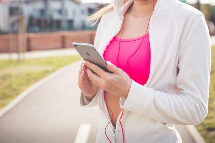 Новият фитнес тракер на Амазон слуша гласа ви, за да разбере настроението ви