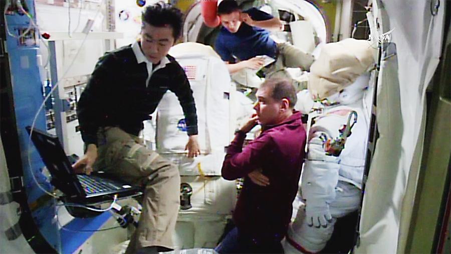 Двама астронавти излизат в открития космос утре!