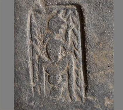Сляп археолог откри древен релеф, на който е изобразено раждане