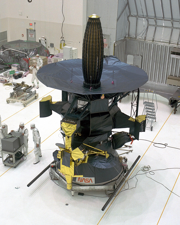 Космическият апарат Галилео се сближава с Амалтея