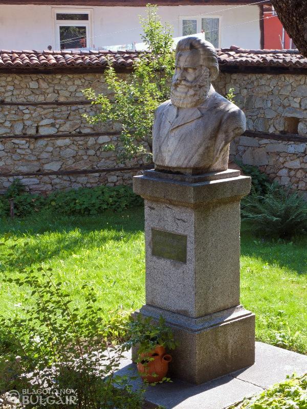 Паметник на Любен Каравелов в Копривщица