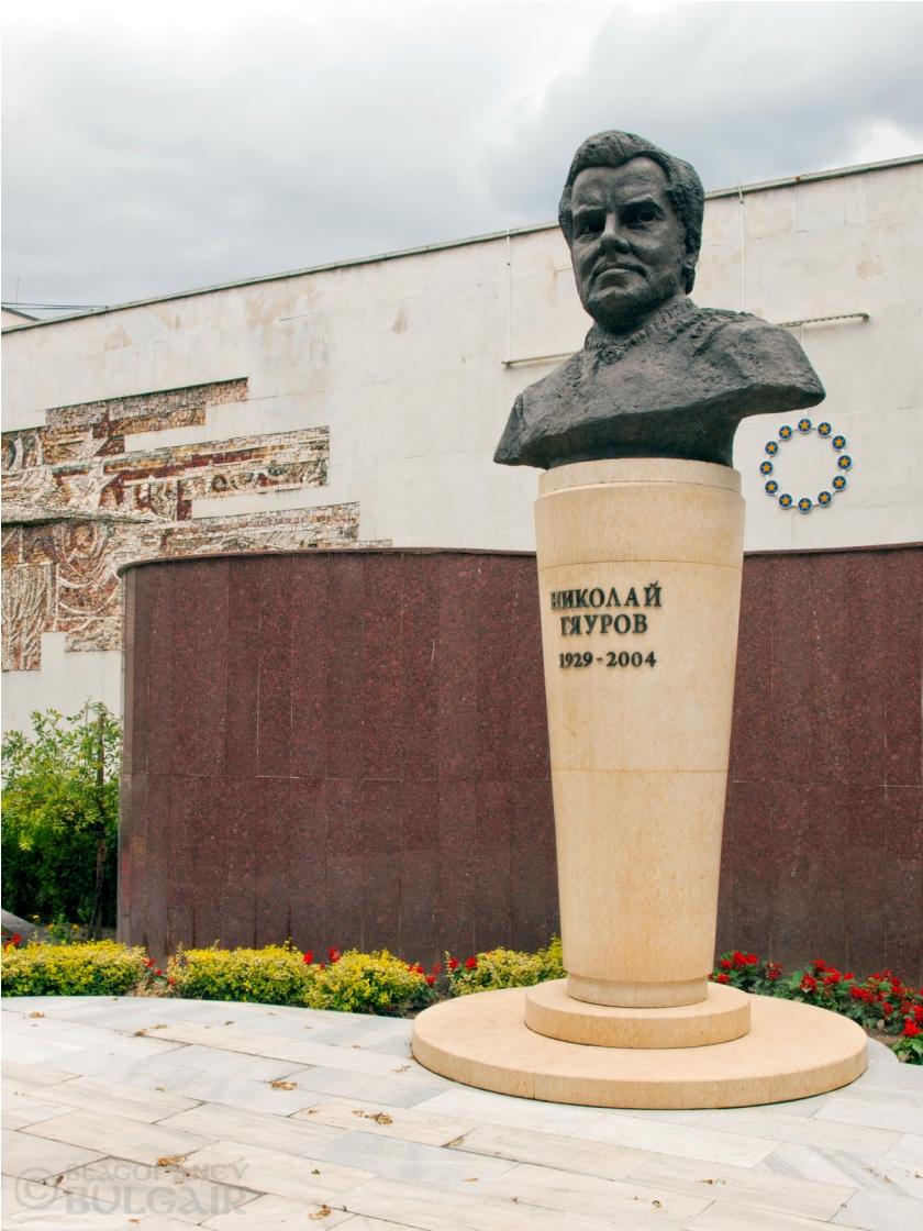 Паметник на Николай Гяуров във Велинград
