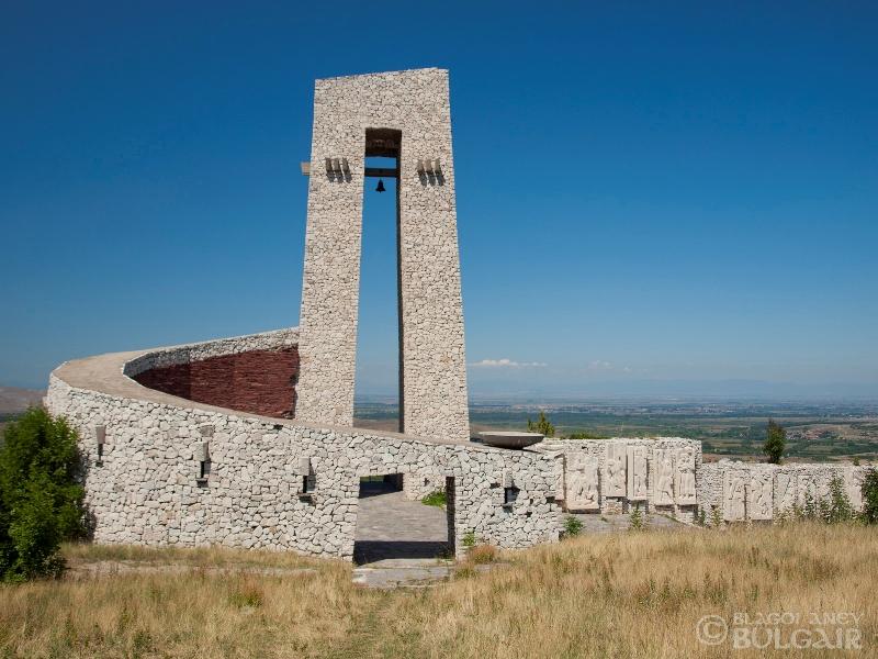 Паметникът на Априлци в Перущица