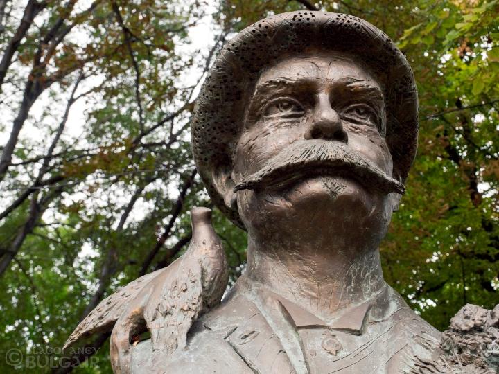 Паметник на Люсиен Шевалас в Пловдив