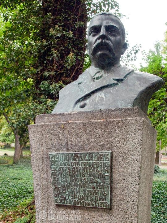 Паметник на Душо Хаджидеков в Пловдив