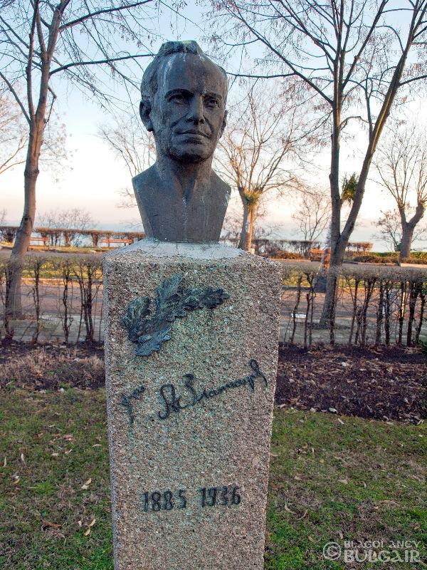 Паметник на Асен Златаров в Бургас