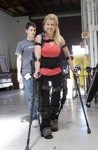 Бионичен костюм ще помага на парализирани пациенти да се движат и да ходят самостоятелно