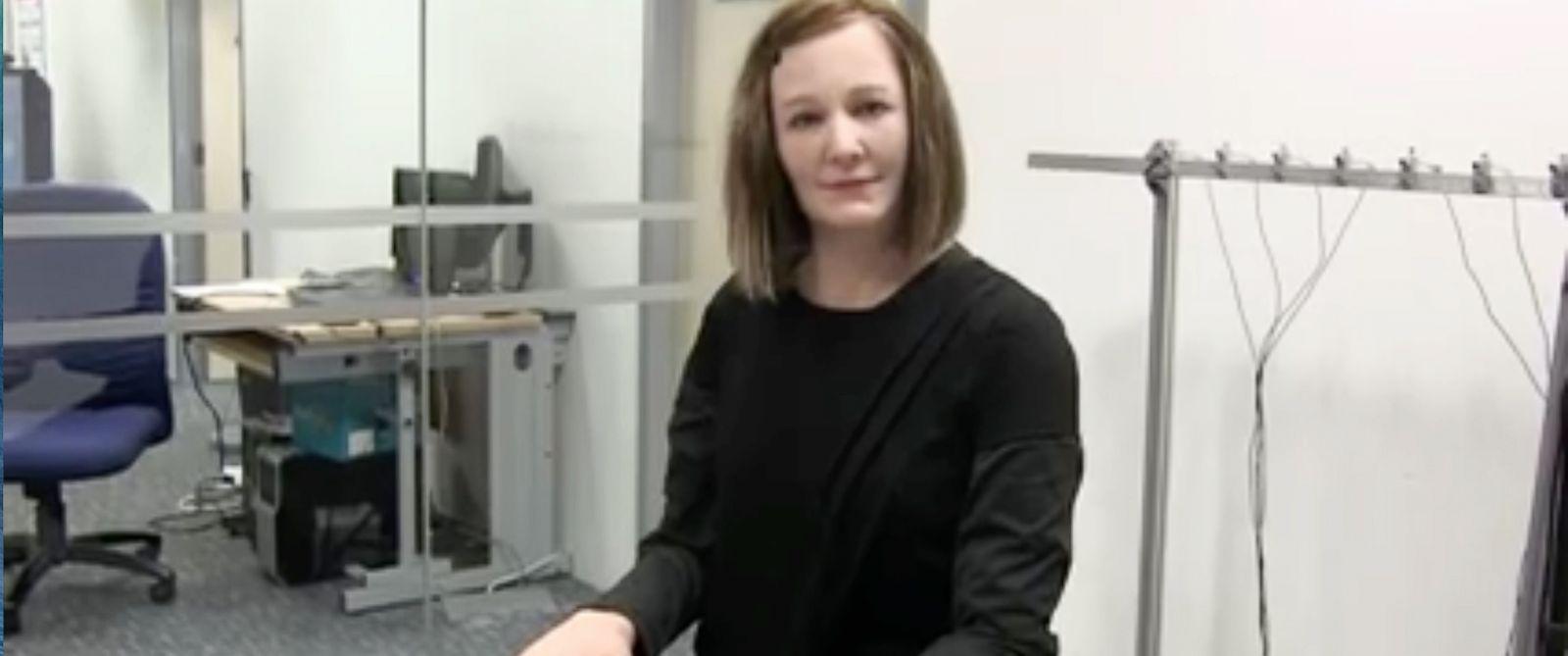 Роботът Надин, приличащ на човек и притежаващ индивидуалност, настроение и емоции