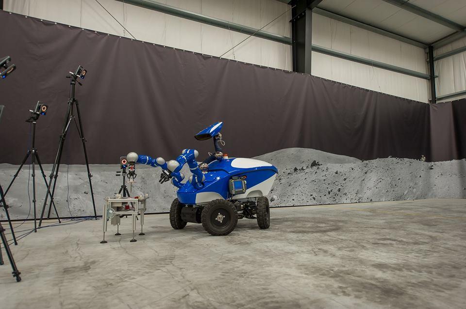 Астронавт управлява земеход от космоса!