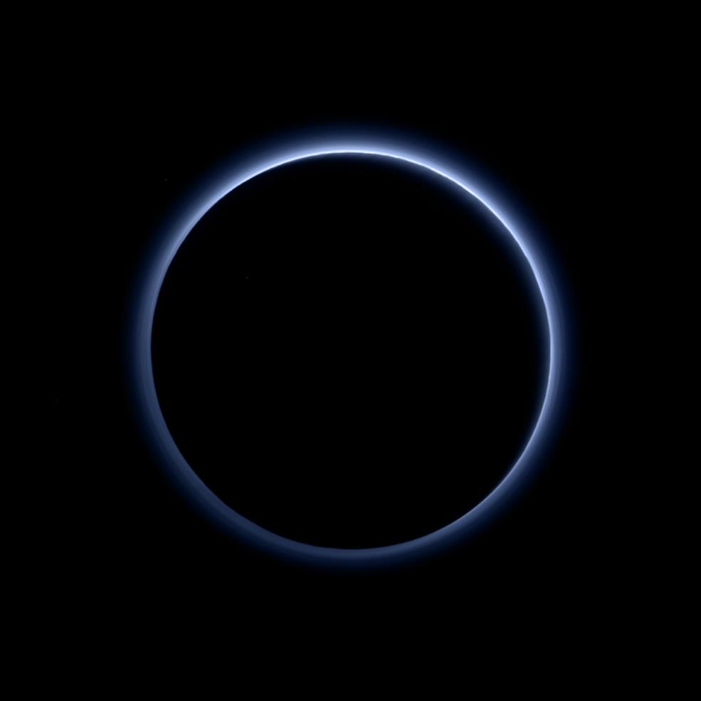 Плутон има синьо небе! На планетата има и воден лед!