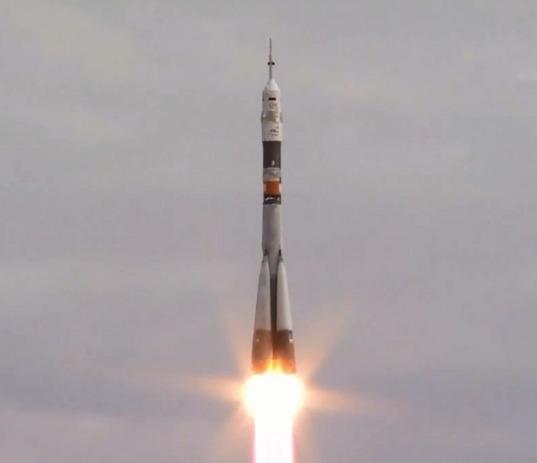 Трима души излетяха в космоса благополучно!